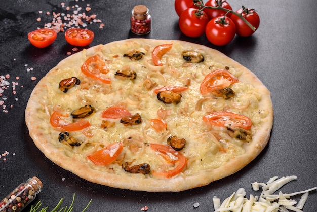 エビのムール貝やその他のシーフードを使ったハースオーブンで作った新鮮でおいしいピザ。