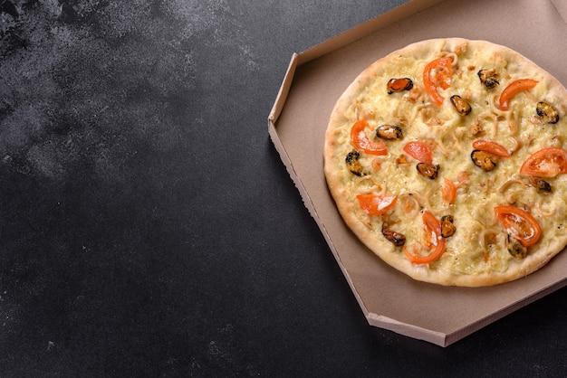 エビのムール貝やその他のシーフードを使ったハースオーブンで作った新鮮でおいしいピザ