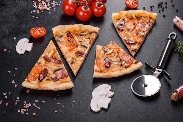 トマト、ソーセージ、きのこを使った炉床オーブンで作った新鮮でおいしいピザ