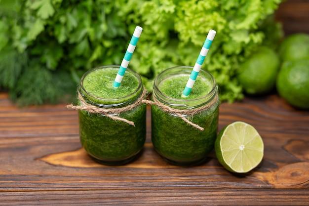 Свежий детокс-коктейль в стеклянной банке с соломенно-зеленым овощным соком