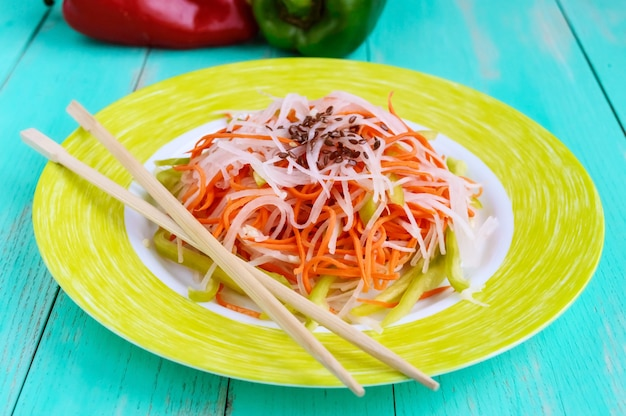 Свежий диетический фитнес-салат из редиса дайкон, моркови, семян льна, рукколы. веганская кухня. закрыть вверх