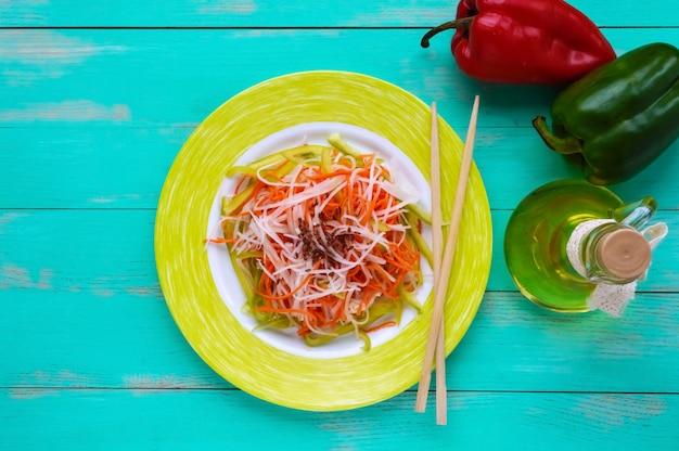 Свежий диетический фитнес-салат из редиса дайкон, моркови, семян льна, рукколы. веганская кухня. вид сверху
