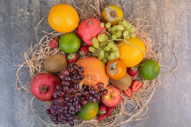 大理石のスペースに新鮮なさまざまな果物。