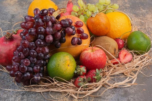大理石の表面に新鮮なさまざまな果物