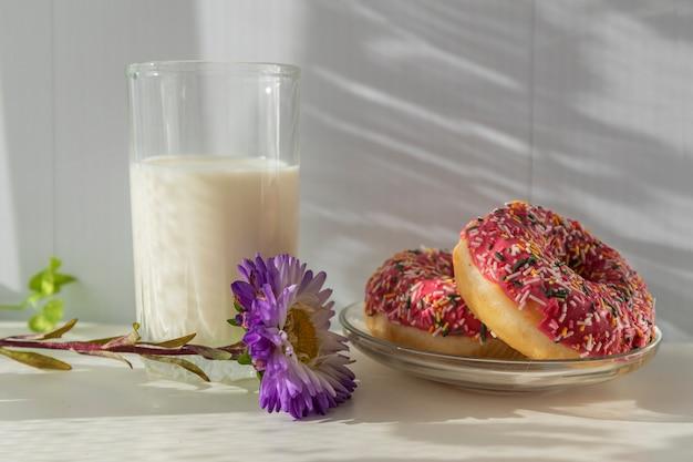 신선한 도넛과 아침 식사로 우유 한 잔.