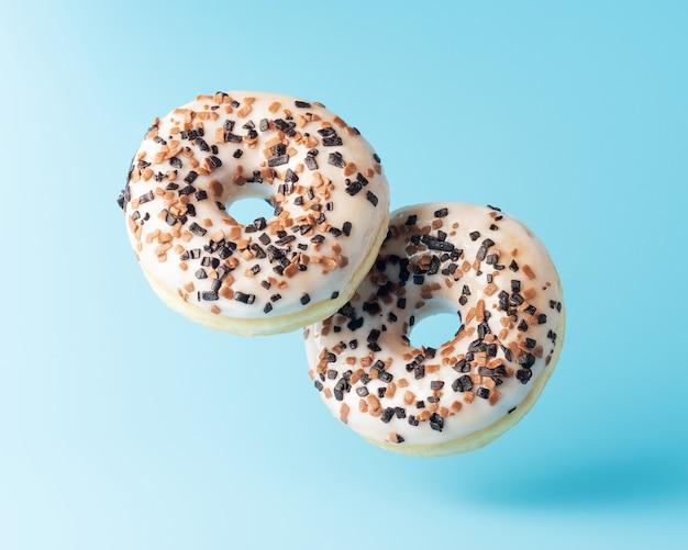 Свежие пончики на синем фоне
