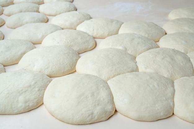 Свежее тесто на доске, пицца, грузинский хлеб, шоти