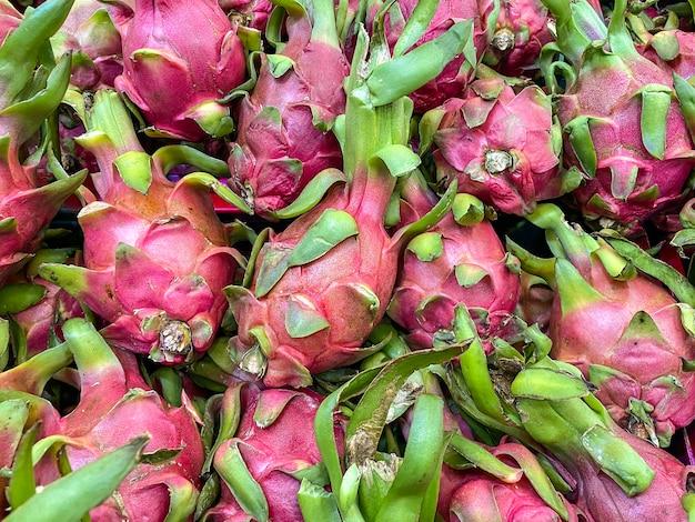 시장에서 신선한 용 과일 스택입니다.