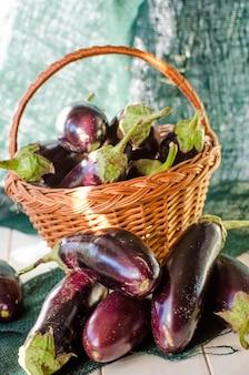 バスケットに入った新鮮なナス、新しい作物のクローズアップ
