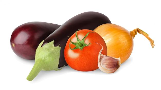 Свежие баклажаны, помидоры, лук и чеснок изолированы
