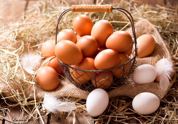 나무 테이블에 바구니에 신선한 계란