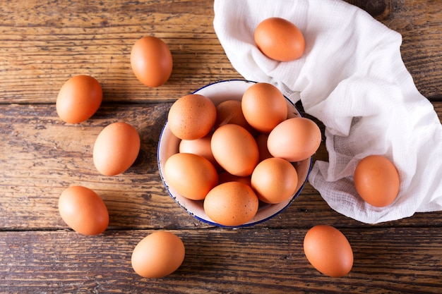 나무 테이블 상단보기에 그릇에 신선한 계란