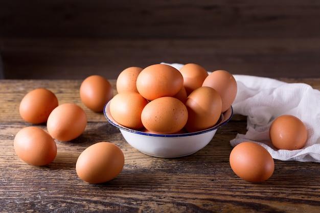 나무 테이블에 그릇에 신선한 계란