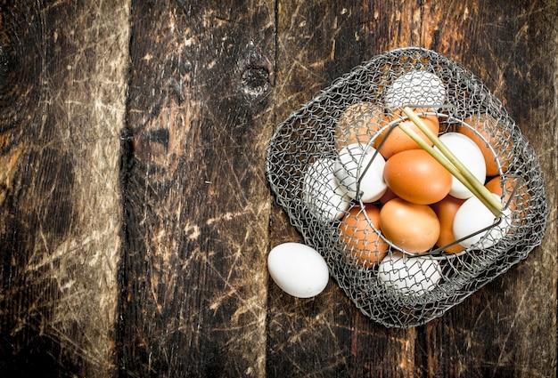 メッシュバッグに入った新鮮な卵。