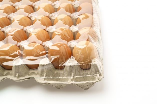 白い背景上のパッケージで新鮮な卵。