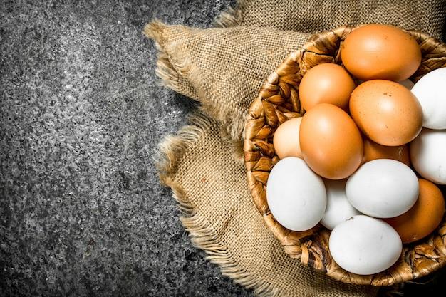 かごの中の新鮮な卵。