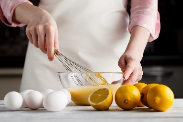 Свежие яйца молоко и мука на деревянный стол
