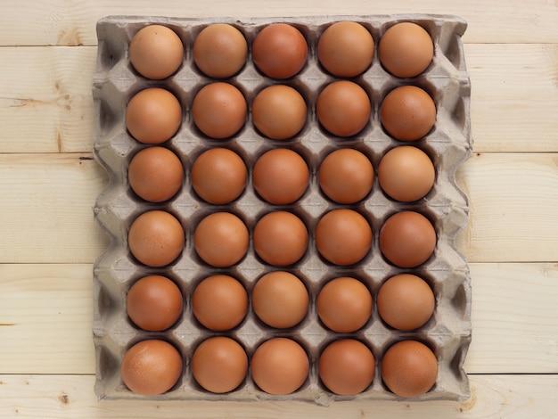 紙の卵ボックスに新鮮な卵。高タンパク質の食品成分。