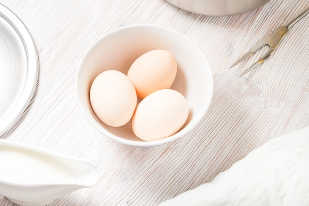 나무 식탁에 신선한 계란