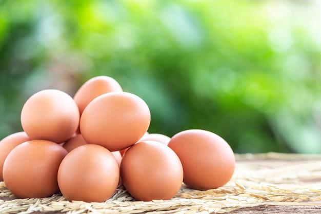 食品コンセプトの木製テーブルの新鮮な卵