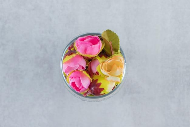 흰색 바탕에 유리에 신선한 우아한 꽃. 고품질 사진