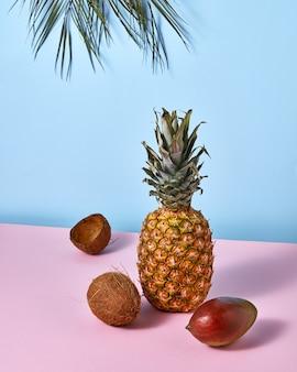 新鮮なエキゾチックなパイナップル、マンゴー、ココナッツ