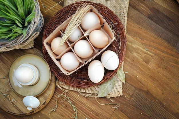 木製の背景に新鮮な農場の卵