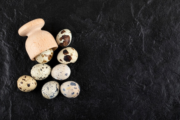 Свежие фермы перепелиные яйца из деревянной коробки.