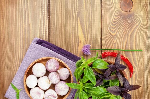 복사 공간이 있는 나무 테이블에 신선한 농부 바질과 향신료