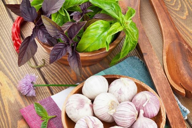 나무 테이블에 신선한 농부 바질과 향신료