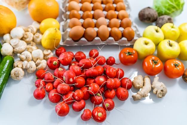 Свежие фермеры продают фрукты и овощи. фото сверху. концепция диеты. концепция здорового питания.