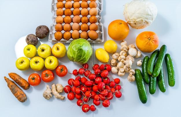 Свежие фермерские продукты на рынке фруктов и овощей