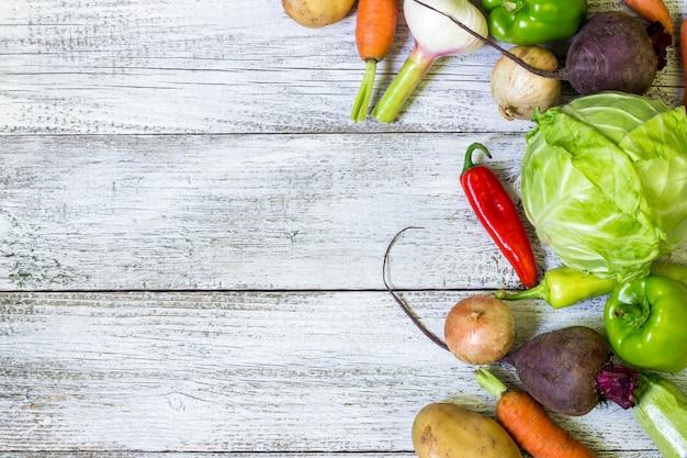 新鮮な農家がコピースペースで上から野菜を販売