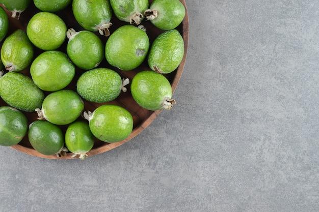 나무 접시에 신선한 Feijoa 과일입니다. 고품질 사진 무료 사진