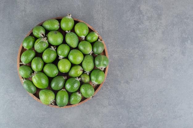 나무 접시에 신선한 feijoa 과일입니다. 고품질 사진