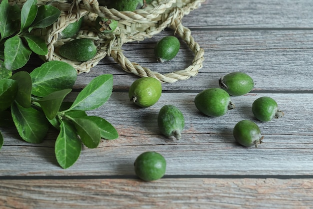 木製のテーブルに新鮮なフェイジョアの果物。