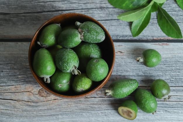 Frutta fresca di feijoa nella ciotola di legno.