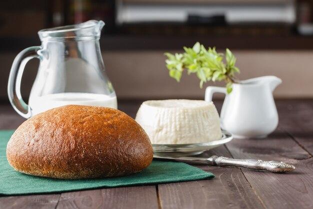 新鮮なフェタチーズ、牛乳とパン