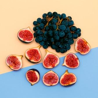신선한 무화과와 검은 포도. 과일 원시 최소한의 플랫 레이 컨셉 아트