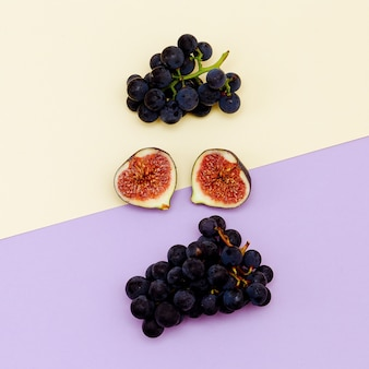 신선한 무화과와 포도입니다. 과일 개념입니다. 최소한의 플랫 레이 아트