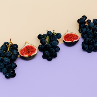 신선한 무화과와 포도입니다. 과일 원시 최소한의 플랫 레이 컨셉 아트