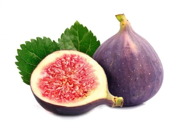 Свежие плоды инжира изолированы.