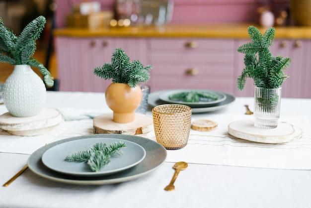 Свежие еловые ветки в керамической вазе