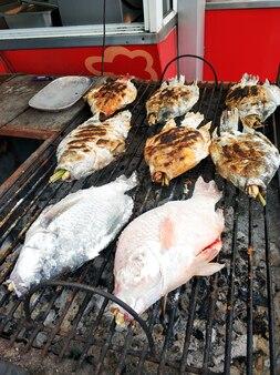 魚市場では新鮮な魚を焼きます。