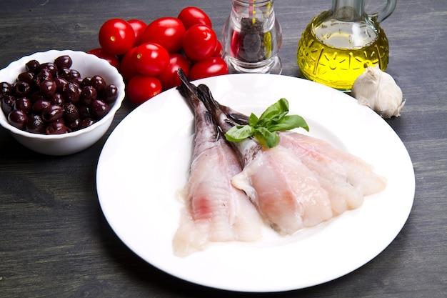 재료와 신선한 생선 아귀