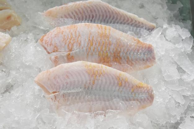 Свежая рыба на льду.