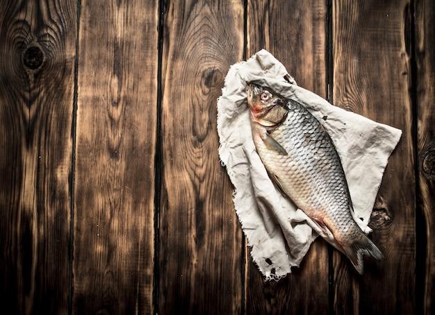 古い生地に新鮮な魚。