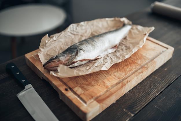 まな板、クローズアップで新鮮な魚の準備
