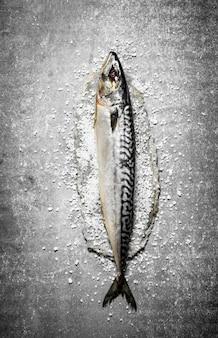 塩と新鮮な魚。
