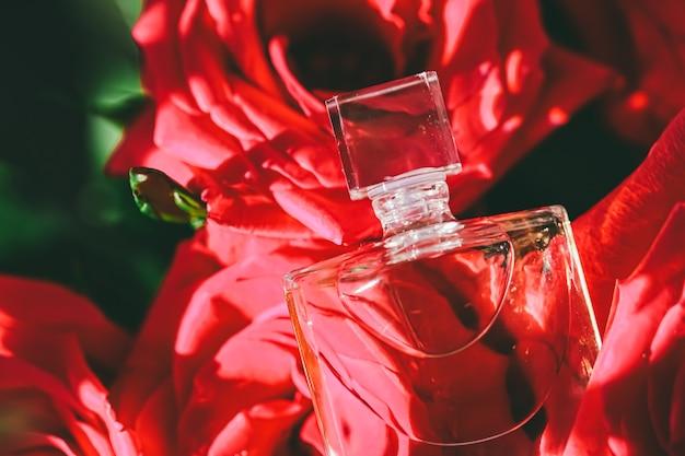 高級ギフト美容フラットレイ背景と化粧品広告としての新鮮なフローラルの香りの香水